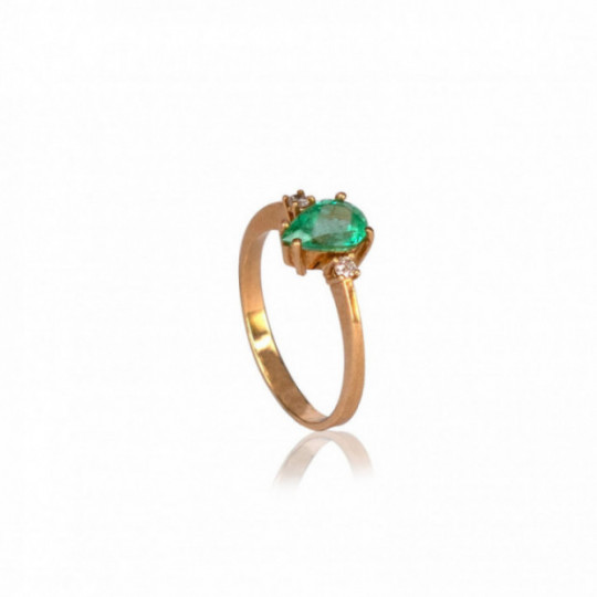 RING WITH EMERALD AND SHINY