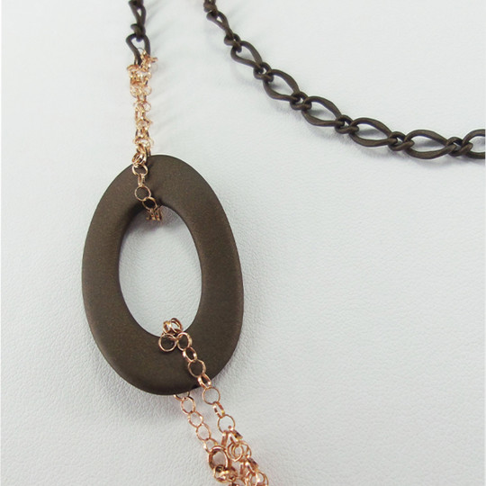 LONG NECKLACE RUBBER CHOCOLATE. CLAR082
