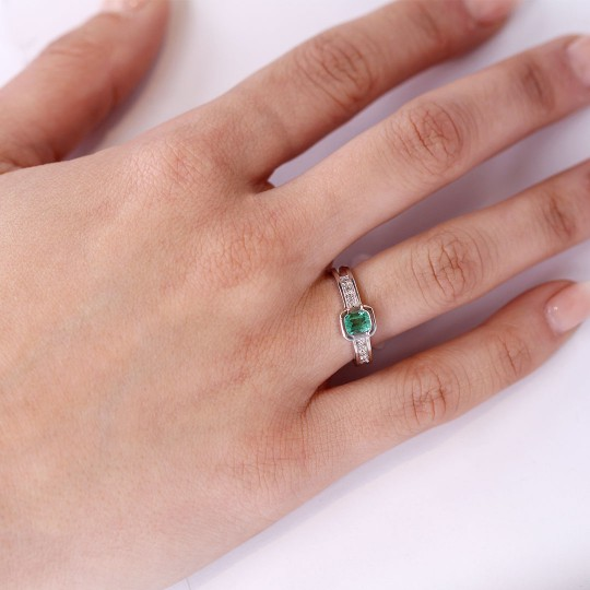 RING IN WHITE GOLD WITH DIAMONDS AND EMERALD