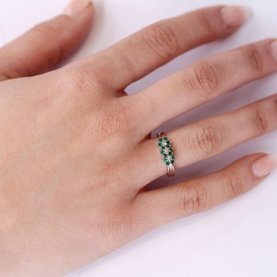RING WITH THREE ROSETTES OF DIAMONDS AND EMERALDS